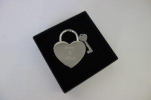 DSC01415 300x200 - Personalisiertes Liebesschloss