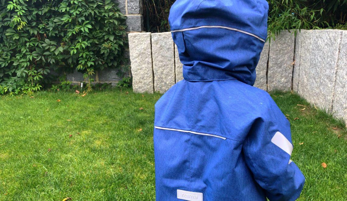 Die richtige Kinderbekleidung bei Regen & Matsch