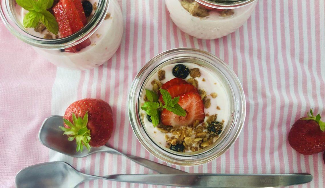 Leichtes Erdbeer-Dessert mit Holunder