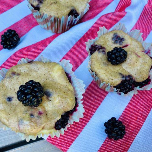 Brombeer Muffins mit Schmandguss 2 500x500 - Brombeer-Muffins mit Schmandguss