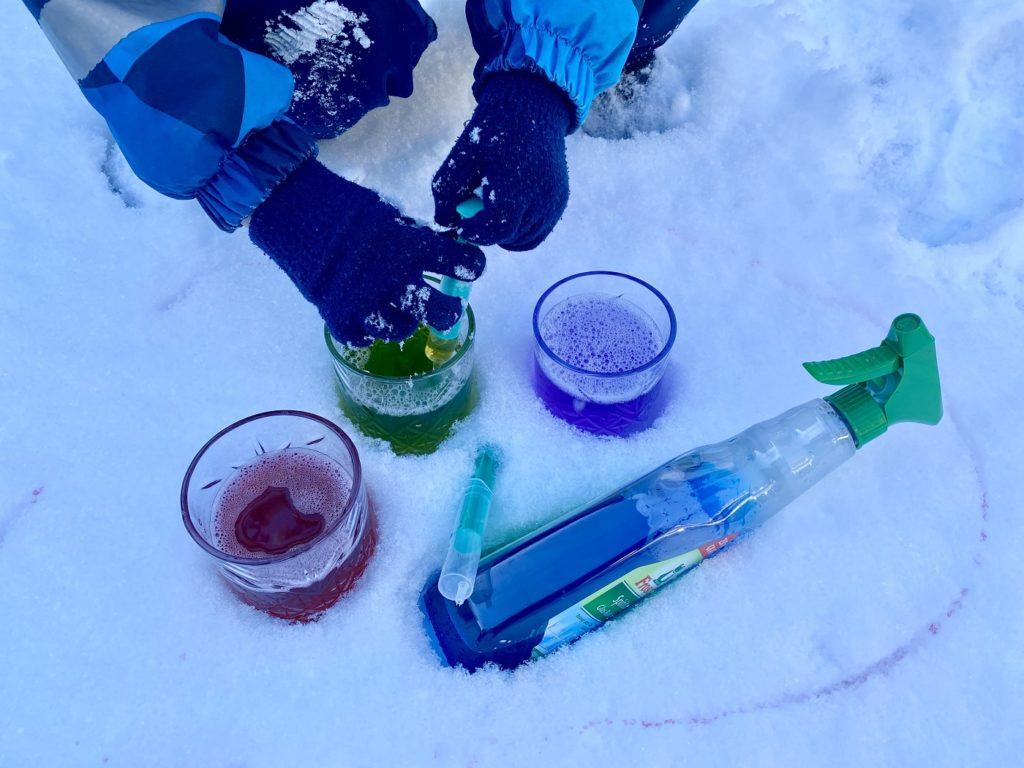 Schnee bunt faerben Kinder 2 1024x768 - Schnee färben mit Kindern - toller Spaß im Winter