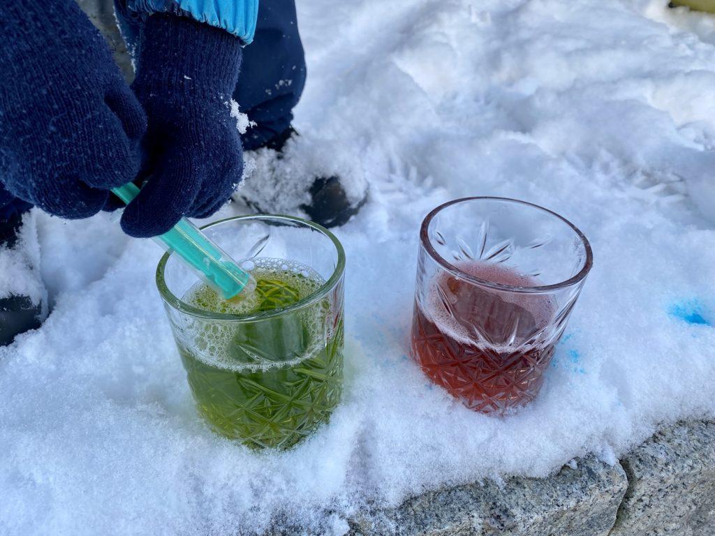 Schnee bunt faerben Kinder 4 1024x768 - Schnee färben mit Kindern - toller Spaß im Winter