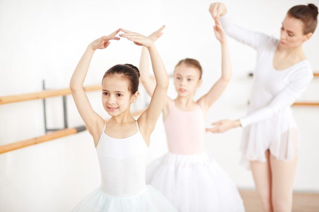 ballerinas 5593945 1280 1024x682 - Warum ist Tanzen gut für Kinder und Jugendliche?