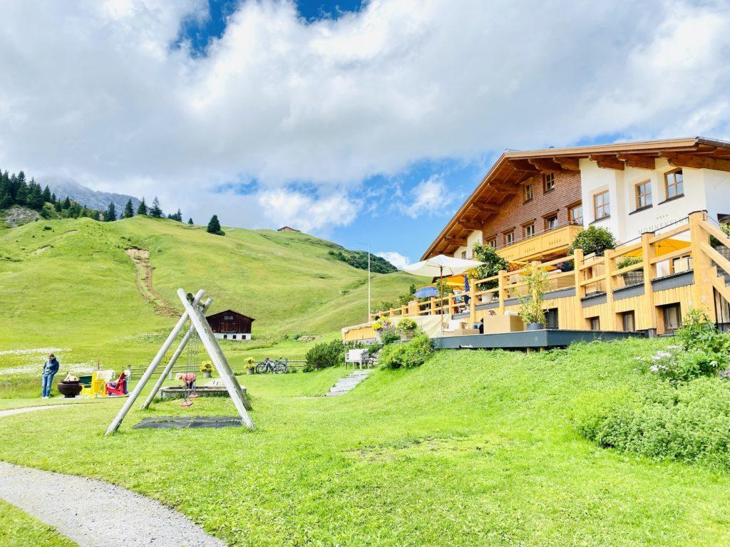 Hotel Mohnenfluh Spielplatz Oberlech 1 1024x768 - Ausflugstipps Familien Lech Zürs am Arlberg